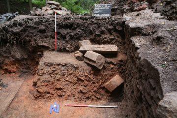 Die Reste eines Türgewändes aus Sandstein waren in den Brandschutt eingebettet.