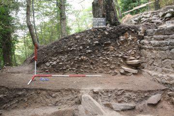 Westlich der westlichen Ringmauer aufgelagerte Versturzschichtfolgen