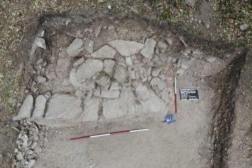 Reste einer steinernen Gebäudestruktur (Wohnturm?) im Inneren der Burg