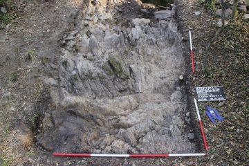 Knapp unter der Humuskante stand im Süden des Schnittes bereits der Felsen an.