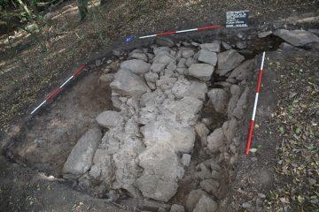 Die nördliche Ringmauer in Schnitt 3. Die Ringmauer war an dieser Stelle nur noch drei Lagen hoch erhalten.