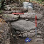 Der Mauerknick an der Nordecke der Anlage war bereits vor Beginn der Grabungen obertägig sichtbar.