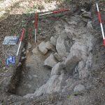 Die obertägig bereits sichtbaren Steine in Schnitt 2 stellten sich nicht als Mauer, sondern als Felsen heraus.