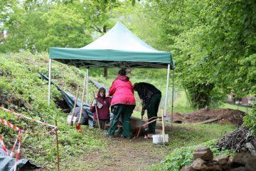 Selbst im Dauerregen wird gearbeitet - schließlich gibt es ja das Zelt.