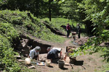 Die beiden Schnitte am Nordhang des Burghügels liefern uns die wichtigsten Informationen zur Besiedlungsgeschichte.