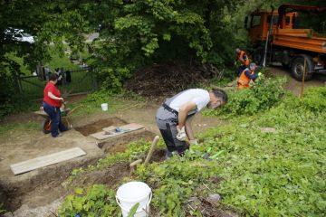 Während Schnitt 2a erweitert wird, räumt der Bauhof das dahinter liegende Gelände auf.