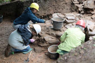 Bei Dauerregen wurde unter dem Grabungszelt gearbeitet.