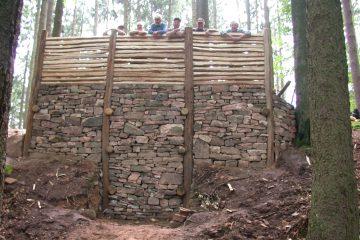 Der Geschichtsverein Biebergemünd errichtete die Mauer unter Anleitung des hessischen Lan-desamtes für Denkmalpflege nach archäologischen Vorbildern.
