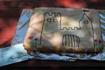 Nach der Führung gab es vom Kindergarten in Mömbris einen selbstgebackenen Kuchen - selbtverständlich mit Burg.