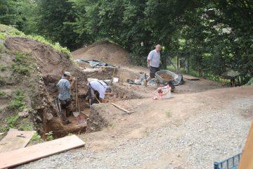 Die Sondage im Bereich des spätmittelalterlichen Kellers wird erweitert.