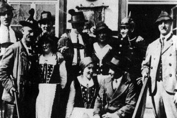 """1928 ging der Trachtenverein """"D`Bessenbachthaler"""" aus der Theatergruppe des Schützenvereins Hubertus hervor. Das Bild zeigt die Gruppe bei der Aufführung es Stückes """"Das Kirchlein am Hochmoden"""" im Jahr 1931."""