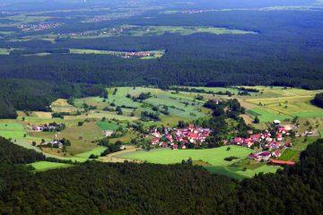 Die charakteristische Rodungsinsel Fatschenbrunn mit einer Größe von 180 Hektar aus der Luft