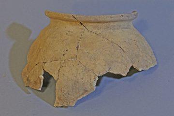 Kugeltopf aus hell brennender Keramik. Südhessen (?), zweite Hälfte 13. Jh.