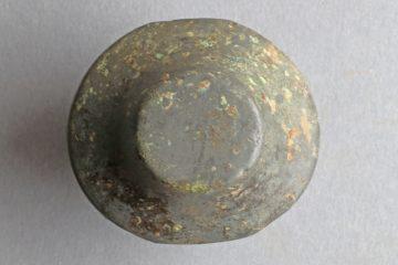 Schwertknauf aus Buntmetall, um 1300 Süddeutschland?, Fund.Nr. 0243, Höhe: 4,13 cm, Breite: 5,23 cm
