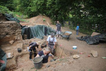 Wegen ausbleibendem Regens ist der Grabungsschnitt staubtrocken...