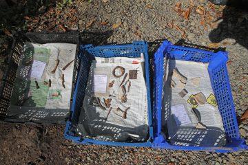 Auch zum Grabungsende hin werden noch zahlreiche Funde geborgen