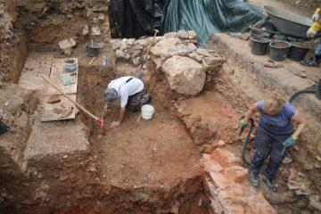 Zum Graben bleibt noch ein Kellerrest