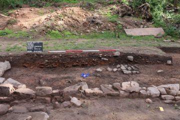 Die Brandschicht von 1333 zog sich als bis zu 20 cm mächtiges Band durch die gesamte Grabung. An der Stelle, an der ein Gebäude mit Ziegeldach abbrannte, enthielt sie auch noch den Dachversturz.