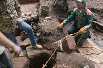 Sie dürften bereits bei der Zerstörung des Brunnens mit großem Aufwand in den Schacht geschmissen worden sein.