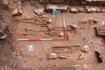 Der Friedhof auf dem Kloster Elisabethenzell war so dicht belegt,dass sich die Grabgruben gegenseitig stören. Die dabei erfolgte Ausräumung zeigt, dass zwischen den einzelnen Bestattungen eine längere Zeit vergangen sein dürfte. Schon aus diesem Grund ist die Theorie einer Massenbestattung, wie beispielsweise bei der Pest, nicht haltbar.