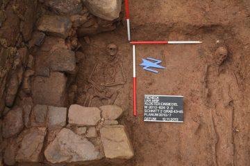 Gräber 43 und 45 lagen direkt unter dem ehemaligen Beinhaus.