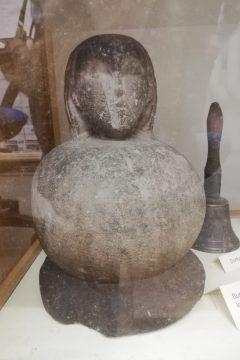 """Die """"Sauerkraut-Madonna"""" von der Burg Mömbris. Es bleibt offen, ob die Skulptur die angeblich in der Burg Mömbris gefunden wurde, mittelalterlich ist. Mömbris, Gemeindeverwaltung"""