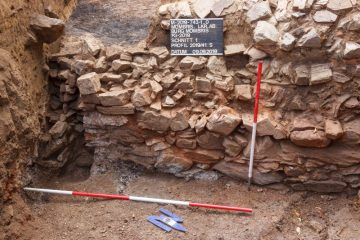 Blick auf die Westwand des Halbkellers in Schnitt 1. Deutlich zu erkennen sind die Aussparungen der Holzbalken.