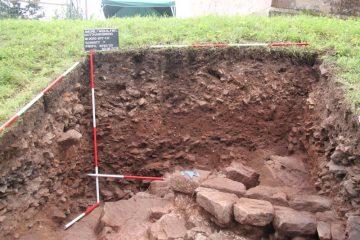 Schnitt 7: Tiefgreifend ausgebrochene Mauerstrukturen, die mit massiven Bauschuttschichten aufgefüllt wurden.