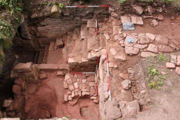 Schnitt 5: Kellertreppe in den Gewölbekeller mit östlich anschließendem, gepflastertem Kelterraum.