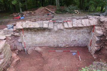 Schnitt 6: Ansatz des Tonnengewölbes an der Ostwand des kleineren Gewölbekellers.