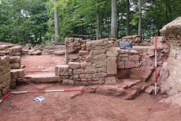 Schnitt 6, Profil 2011/39: Nordwand des kleineren Gewölbekellers mit Türschwelle und profilierten Gewändesockelsteinen (links) und dem Ansatz einer gotischen Lichtnische (rechts).