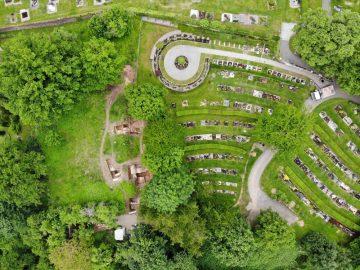 Blick auf den alten Friedhof und die südlich anschließende Grabungsfläche