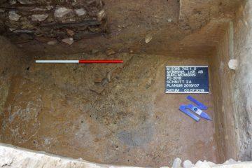 An dieser Stelle in Schnitt 2a zeichnet sich möglicherweise die Ecke eines Grabens ab.