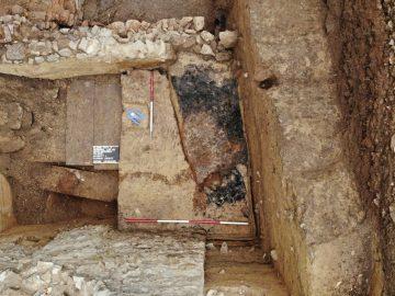 Eine Brandverfüllung kennzeichnet in Schnitt 2a den Boden eines Grubenhauses aus dem 13. Jahrhundert