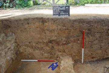 Die Oberkante der unteren Bildhälfte bildet einen Laufhorizont. Er gehört zu dem Boden einer Schmiedewerkstatt.