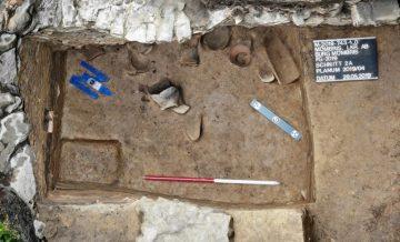Die isometrische Ansicht zeigt die in einer Grube liegenden Töpfe und Ziegel. Möglicherweise handelt es sich um die nachträgliche Verfüllung einer Zisterne.