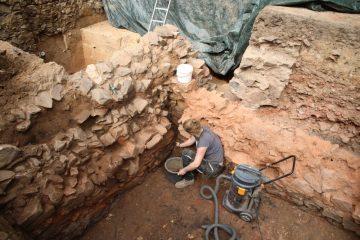 Am Ende der Grabungskampagne stießen die Ausgräber auf einen Keller, der 1330 zerstört wurde.