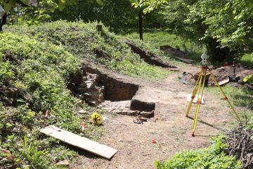 Die Geländekante des zu Beginn des 19. Jahrhunderts angelegten Gartenplateaus markiert die Grabungsstelle.