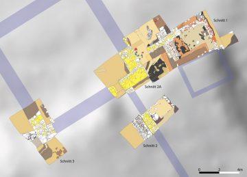 Die Schnitte der Grabung von 2019 im Gelände. Blau hinterlegt sind die Fortführungen der ergrabenen Mauerzüge.