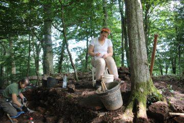 Jenny nimmt als erste Ehrenamtliche aktiv an der Grabung teil.