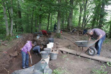 Wenn es nicht regnet, gehen die Arbeiten im Bereich des Burgtors weiter.