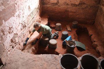 Jenny säubert die Fundamente in die Kirche … zum vierten Mal ;-(