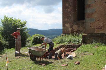 Bei bestem Wetter gehen die Freilegungsarbeiten östlich der Kirche gut voran.