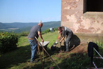 Hans und Markus fangen schon einmal östlich der Sakristei mit dem Graben an.