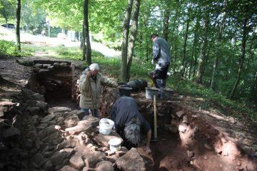 Auch nach dem Freilegen muss offen bleiben, welche Funktion das burgzeitliche Fundament ganz im Osten der Anlage einst hatte.